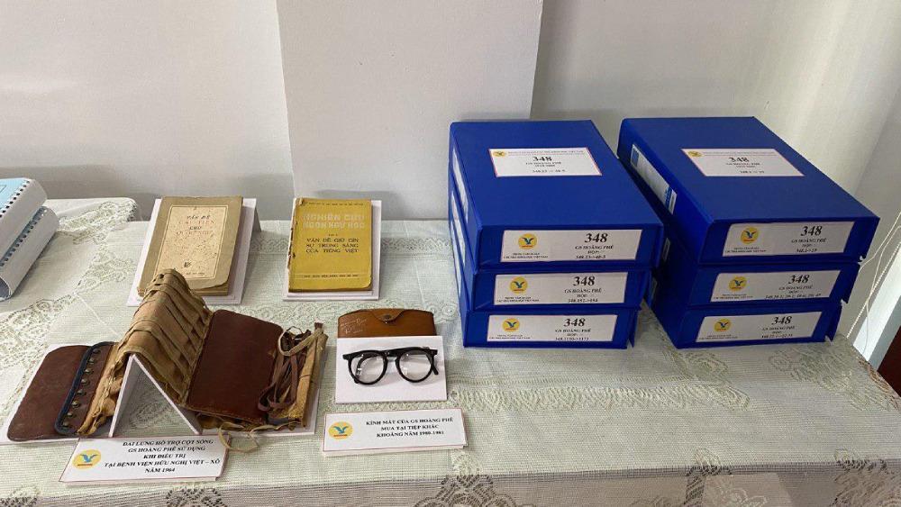 Hơn 2.000 tài liệu, hiện vật đã được đại diện gia đình GS Hoàng Phê trao tặng Trung tâm Di sản các nhà khoa học Việt Nam.