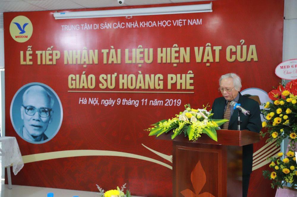 PGS.TS Nguyễn Văn Huy, Giám đốc chuyên môn Trung tâm Di sản các nhà khoa học Việt Nam, bày tỏ lòng biết ơn sâu sắc tới gia đình   GS Hoàng Phê vì đã tin tưởng bàn giao cho Trung tâm lưu giữ khối tài sản quý giá này.