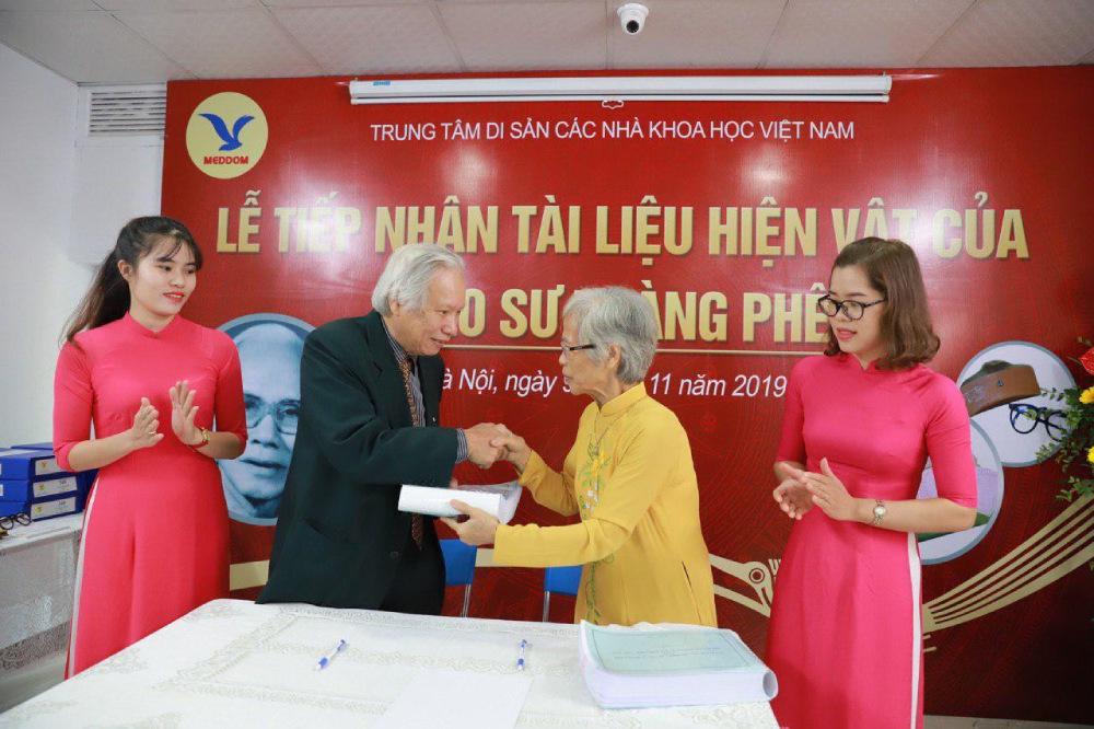 Gia đình GS Hoàng Phê ký biên bản bàn giao tài liệu hiện vật cho Trung tâm.
