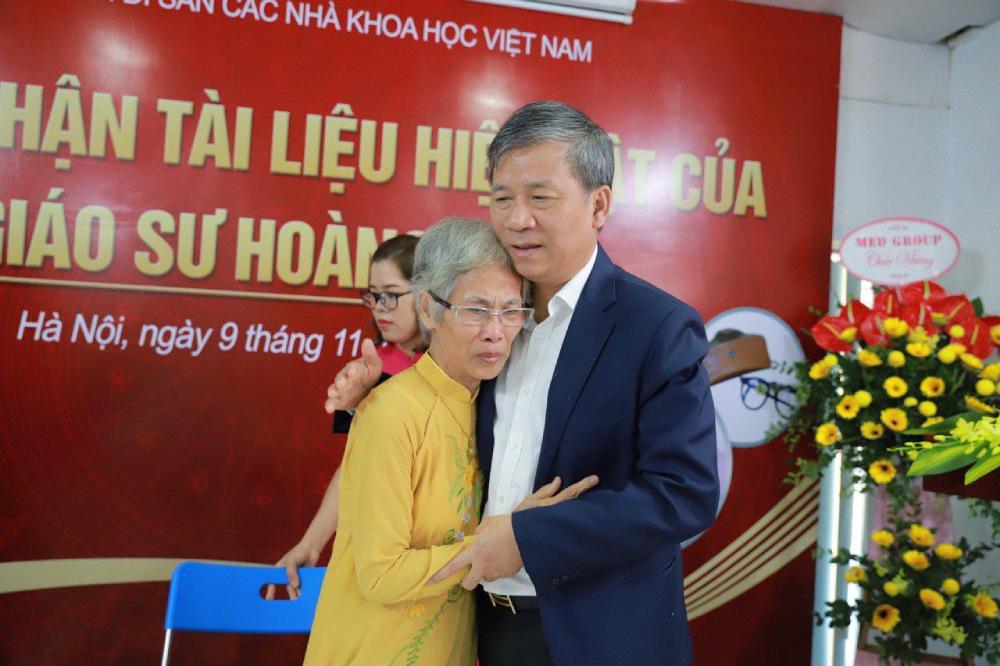 Bà Hoàng Châu Thanh (con gái GS Hoàng Phê) không nén được xúc động khi bàn giao những tài liệu, hiện vật quý của cha mình cho Trung tâm.