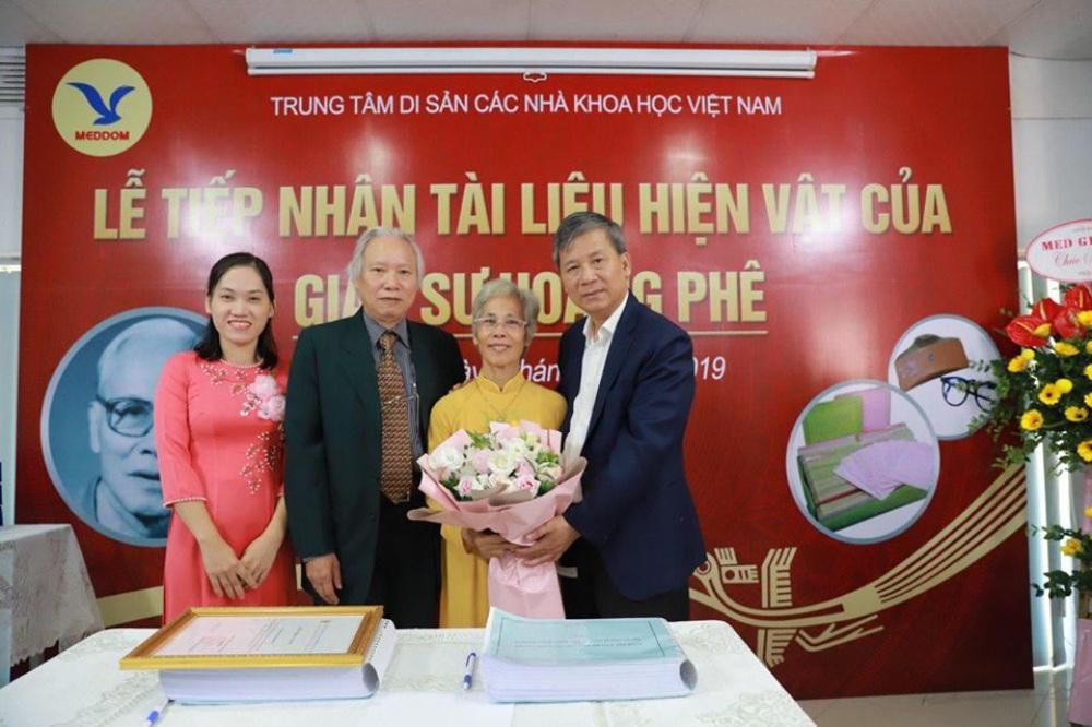 Lãnh đạo Trung tâm Di sản các nhà khoa học Việt Nam cảm ơn sự tin tưởng của gia đình GS Hoàng Phê với Trung tâm